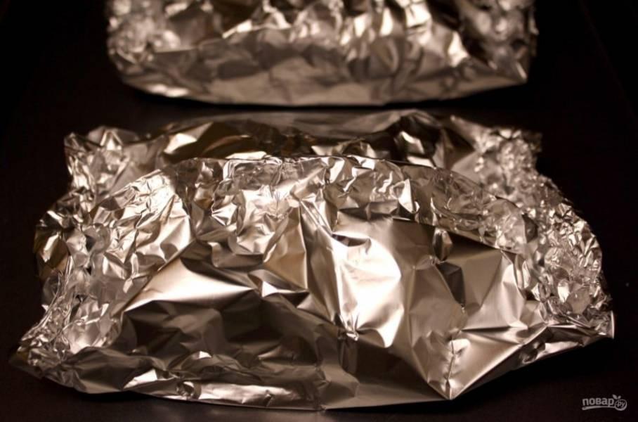 Духовку нагрейте до 180 градусов, закрутите конверитики из фольги и отправьте блюдо в духовку минут на 17.