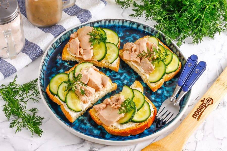 Украсьте закуску свежим укропом или петрушкой, сразу же подавая к столу. Чем дольше закуска на столе, тем менее хрустящей будет хлебная основа.