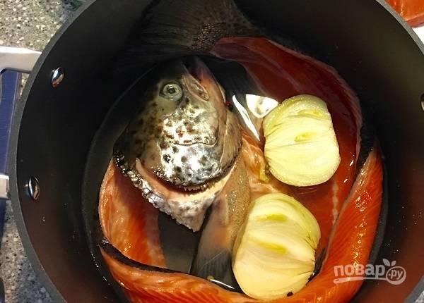 1. Рыбный набор для бульона вымойте, залейте водой и поставьте на огонь. Добавьте очищенную луковицу и перец горошком. После закипания варите на медленном огне минут 45, снимая пену. Готовый бульон обязательно процедите!