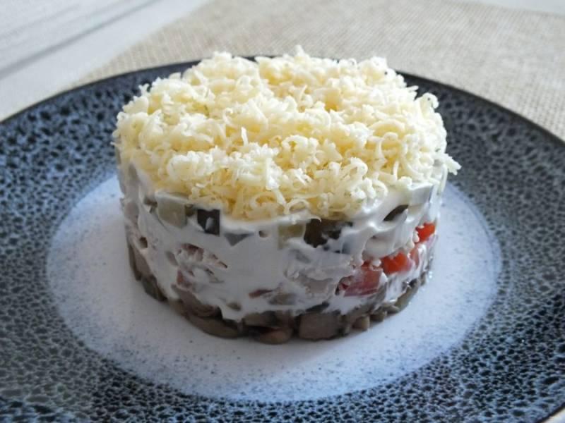 """Завершите салат """"пушистым"""" слоем из сыра."""