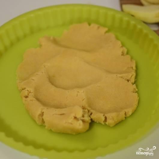 """4. В противопригарную или силиконовую форму выложите тесто и руками """"растяните"""" его слоем по дну."""