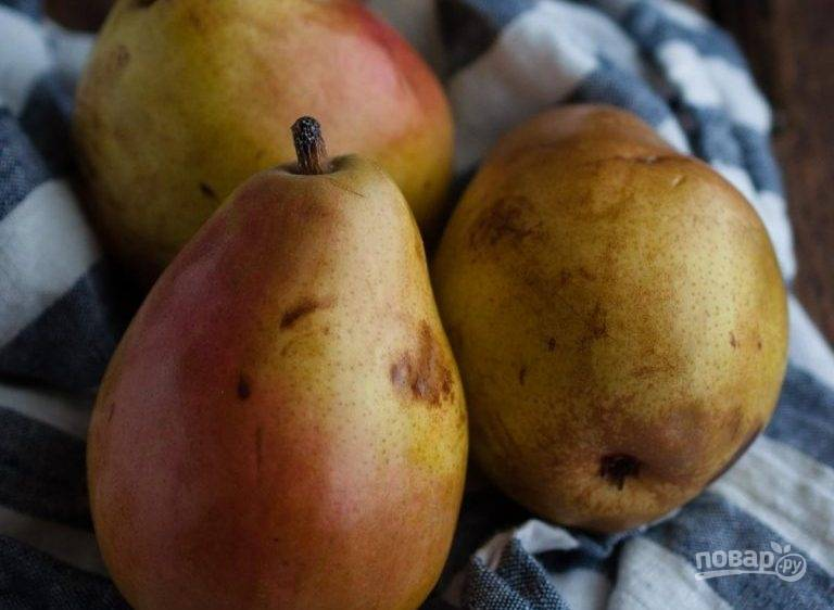 Для начала помойте и разделите на половинки груши. Удалите из плодов сердцевину.