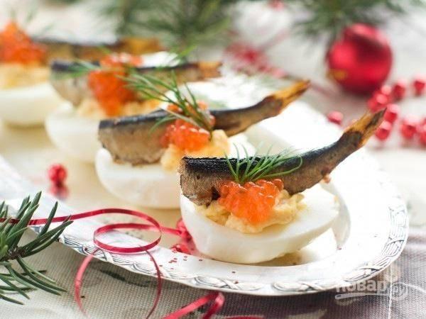 8.Украшаю яйца икрой и веточкой зелени, подаю на стол сразу же, пока рыбка с икрой не обветрились, приятного аппетита!