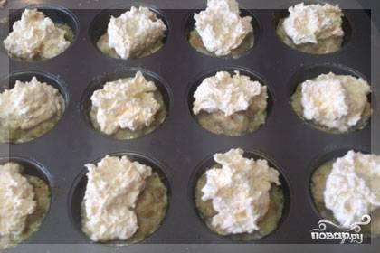 Сырную смесь разложить по формочкам сверху курицы.