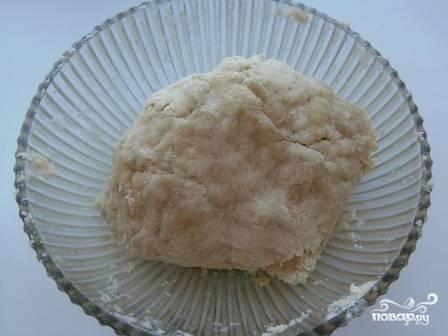 И быстро замешиваем тесто. Долго месить его не надо, от этого оно станет жестким.  Тесто должно получиться довольно рассыпчатым.