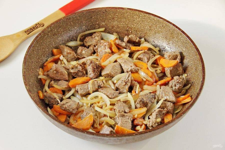 Затем добавьте чеснок и обжарьте мясо с овощами еще пару минут.