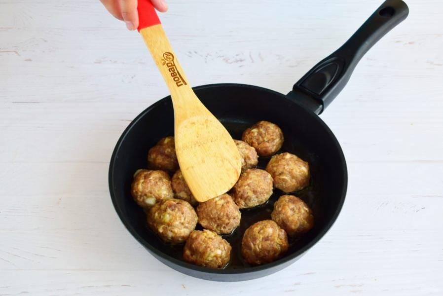 Обжарьте их на разогретом оливковом масле до румяной корочки.
