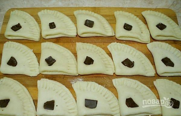 8.Разломайте плитку шоколада на маленькие кусочки и украсьте выпечку.