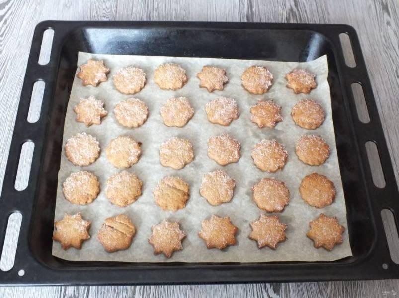 По истечении времени достаньте печенье из духовки. Переложите и охладите.