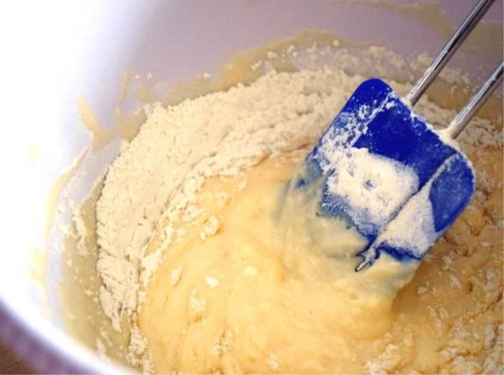 Смешайте творог, яйцо, половину сахара, соль, растительное масло и ванильный сахар. Всё тщательно перемешайте. Добавьте муку с разрыхлителем, и замесите тесто. Оставьте его минут на 20.