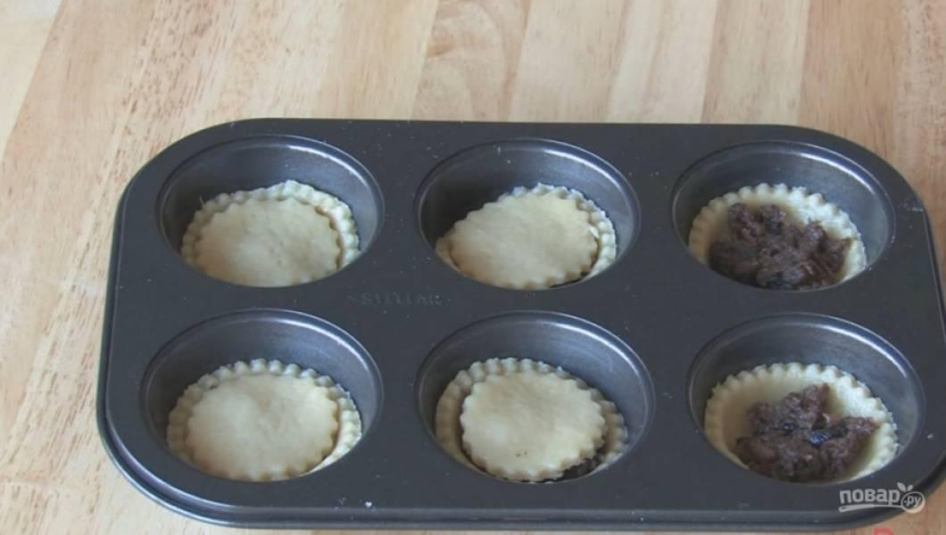 4.Поместите кружочки в форму. Выложите на него начинку из сухофруктов и прикройте другим слоем теста.