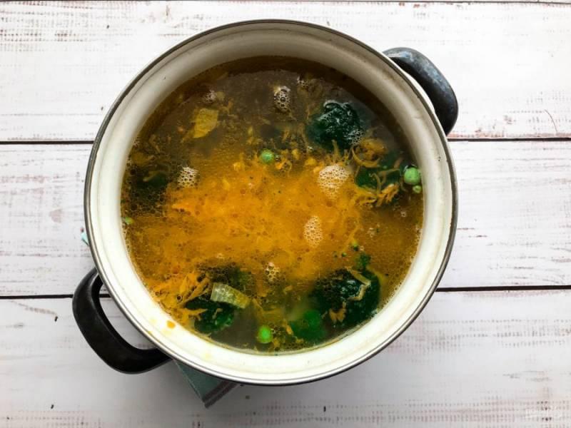 В конце приготовления добавьте обжаренные овощи и варите еще 7 минут.