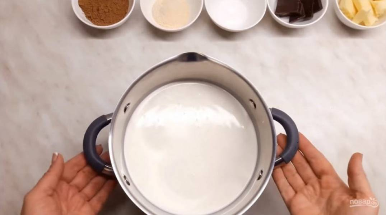 2. Когда сливки закипят, высыпьте туда сахарную пудру и добавьте ванилин. Когда сливки остынут примерно до 60 градусов, добавьте разбухший желатин и размешайте венчиком в течение 5 минут.
