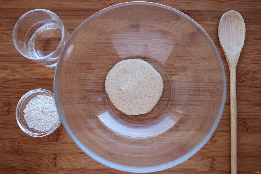 На пятый день можно подготовить стартер для выпечки хлеба. Для этого берем полученную закваску, добавляем в нее 150 мл теплой воды (около 37 градусов) и 50 г ржаной муки. Размешиваем, накрываем полотенцем и убираем в темное место без сквозняков. На следующий день можно будет выпекать хлеб.