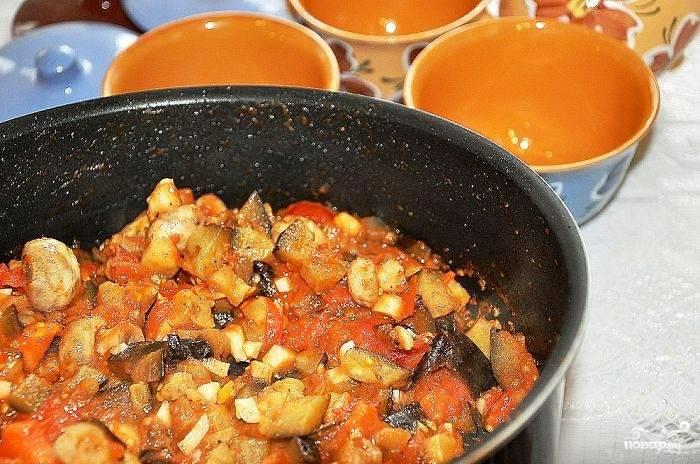 Овощи и грибы пассеруем на масле практически до полной готовности - около 10 минут.