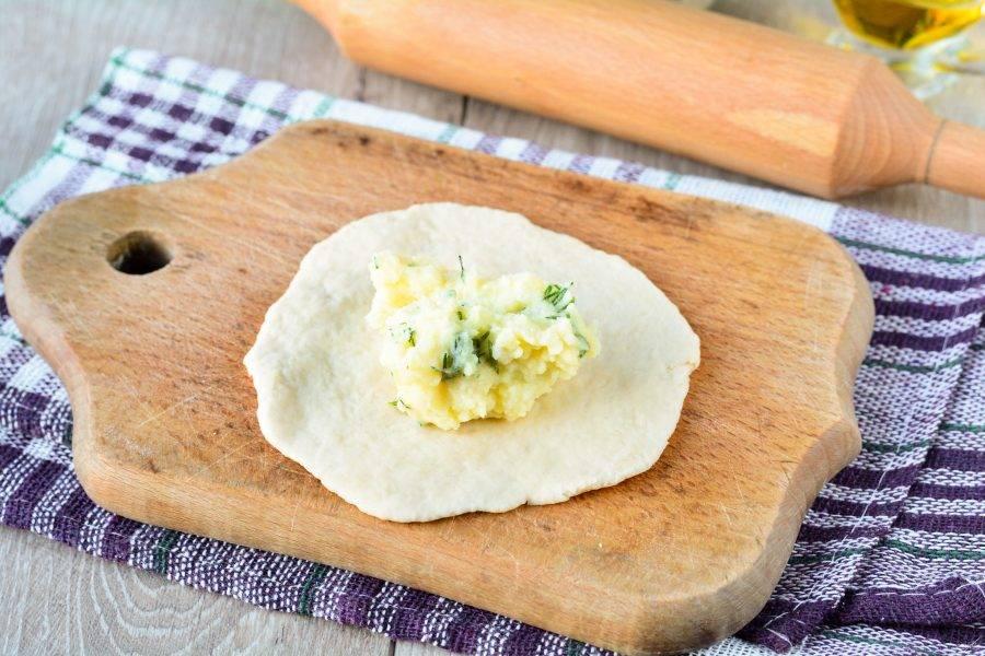 Выложите в центр картофельную начинку — примерно 1 ст. л.