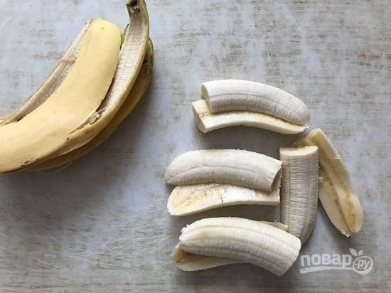 2. Чистим бананы и разрезаем каждый на четыре части, как на фото.