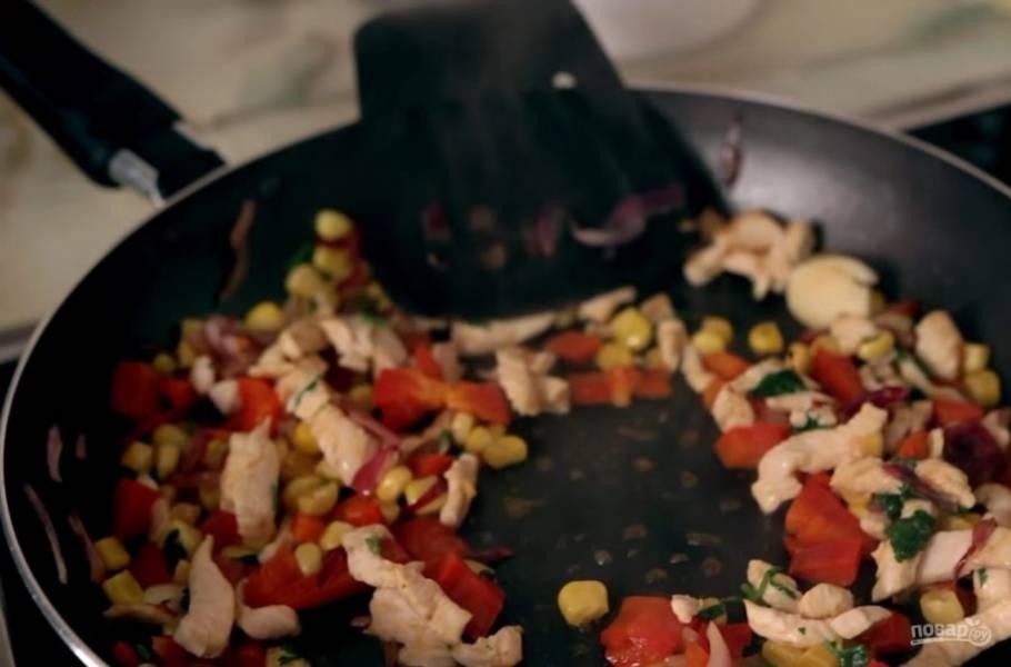 2. Далее на небольшом количестве растительного масла поджарьте лук с чесноком, затем добавьте к ним куриную грудку и овощи. Посолите и поперчите по вкусу. Далее добавьте немного томатной пасты, хорошо перемешайте и прожарьте начинку в течение 5 минут.