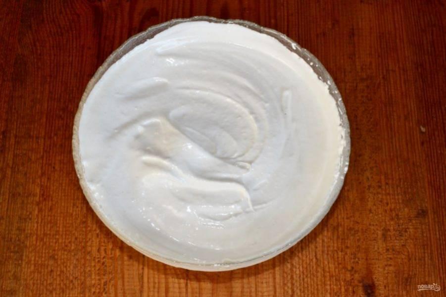 Готовый сироп тонкой струйкой введите в пюре, непрерывно взбивая. После продолжайте взбивать еще 4-5 минут.