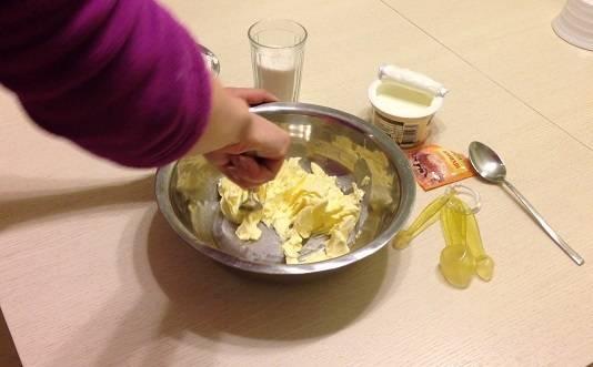 Для начала нам нужно оставить сливочное мало на часик при комнатной температуре, чтобы оно размягчилось. Затем выкладываем масло в миску и разминаем при помощи вилки.