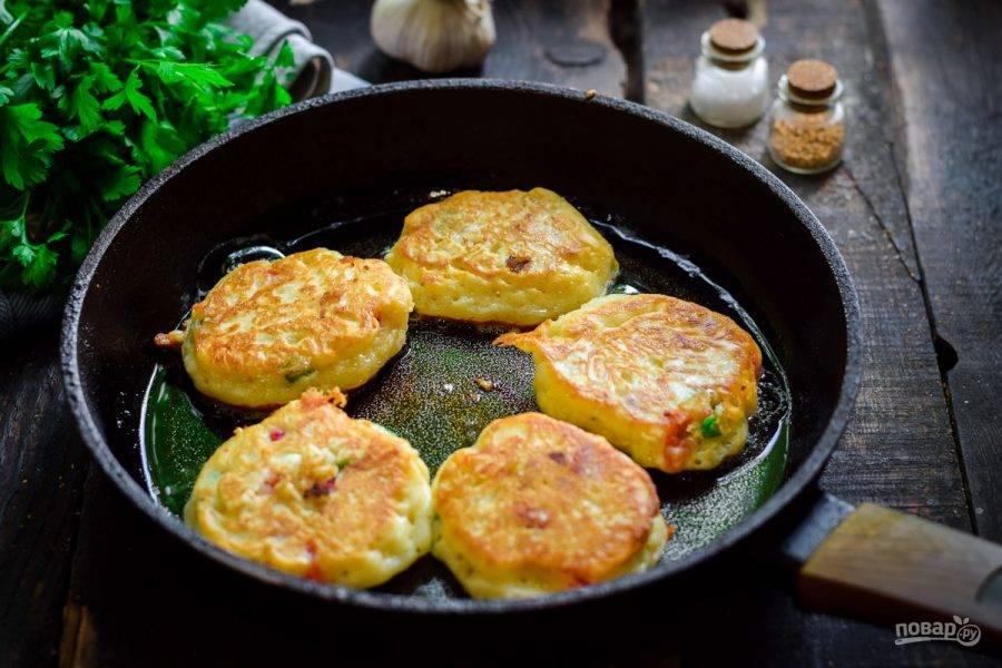 Прогрейте сковороду с растительным маслом, после выкладывайте тесто столовой ложкой. Жарьте оладьи с обеих сторон по несколько минут, до румяности.