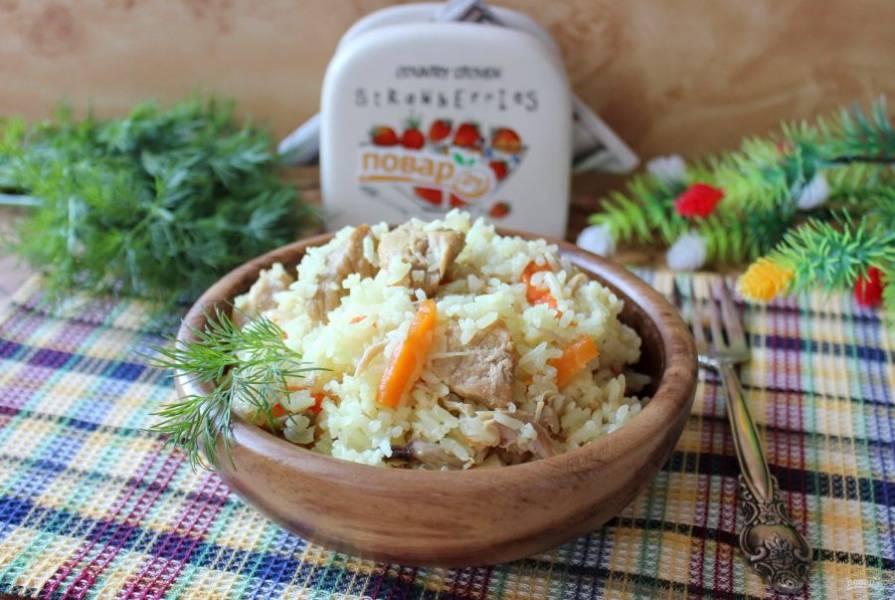 Плов из свинины с курицей готов. Подавайте к столу с овощами и соленьями. Приятного аппетита!