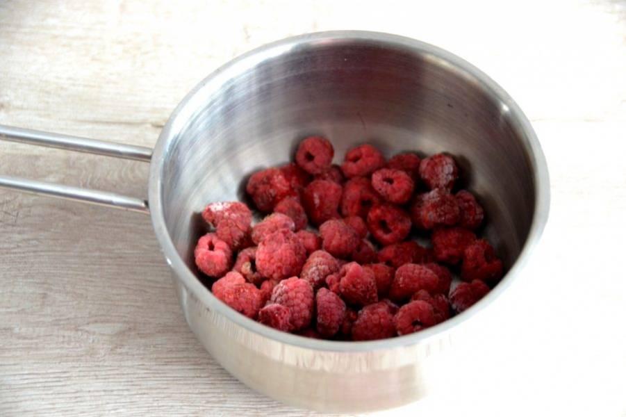 Выложите 150 грамм малины в сотейник, слегка нагрейте, чтобы малина стала отдавать сок.