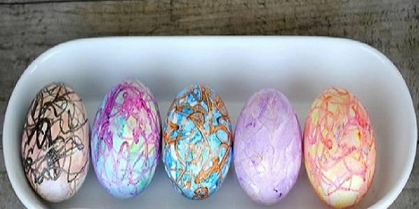 4. В такой технике работать достаточно легко, ведь рисунки могут быть абсолютно любые, как и комбинации цветовой гаммы. Когда яйца крашенные восковыми мелками в домашних условиях готовы, их нужно хорошо остудить.