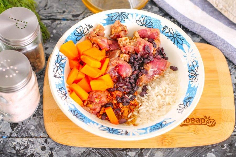 Мякоть баранины или другой сорт мяса промойте, удалите жилы и пленки, измельчите кубиками. Чем мельче будет мясная нарезка, тем быстрее она приготовится в тыкве. Промойте рис любого сорта, лучше пропаренный. Соедините в пиале или миске мясо с рисом, приправой, сушеным барбарисом и перемешайте. Добавьте немного нарезанной тыквенной мякоти вместо моркови.