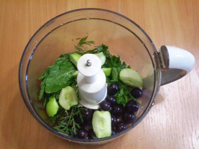 В чашу блендера складываем зелень, виноград, яблоки. Наливаем стакан воды.