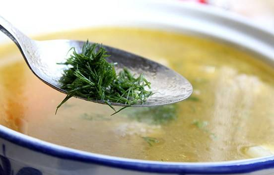Когда картофель будет почти готов, выкладываем обжаренную морковь в суп, варим все пару минут, затем добавляем измельченную зелень и снимаем кастрюлю с огня.