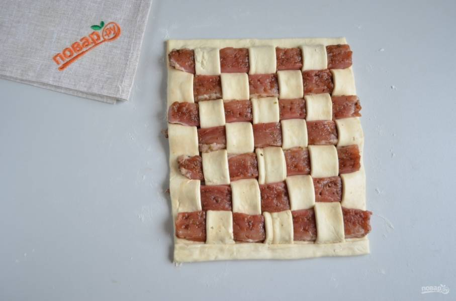 И так продолжайте, пока не закончится тесто и мясо. Оформите красиво край. Я срезала полосочку теста сверху и накрыла ей нижний край, выровняла и отрезала лишнее.