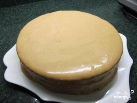 Покрываем верх и бока торта оставшимся кремом.