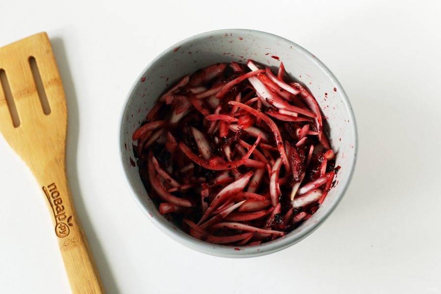Лук нарежьте перьями, добавьте бруснику и помните все руками, чтобы лук и ягоды пустили сок.