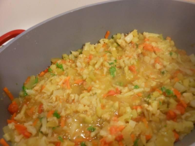 Добавьте специи и помидоры, тушите еще минут 5-7.  Готовое рагу с цветной капустой готово к подаче. Приятного аппетита!
