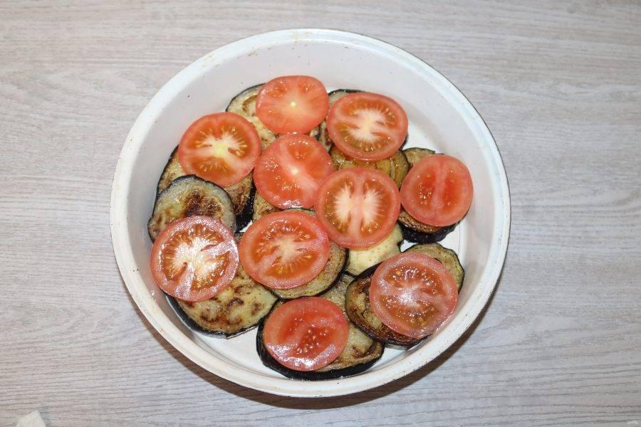 Сверху выложите помидоры нарезанные кольцами.