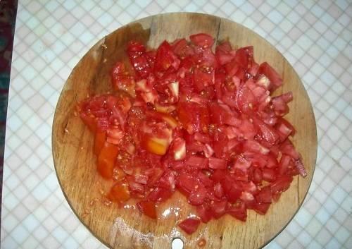 Моем помидоры. Нарезаем кубиками.