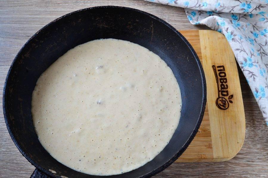Затем мясо выньте из сковороды на тарелку, а в сковороду отправьте кусочек сливочного масла. Когда оно растопится, всыпьте муку и энергично размешайте. Затем влейте бульон, хорошенько размешайте и уваривайте до загустения. В последнюю очередь влейте сливки и размешайте. Соус готов.