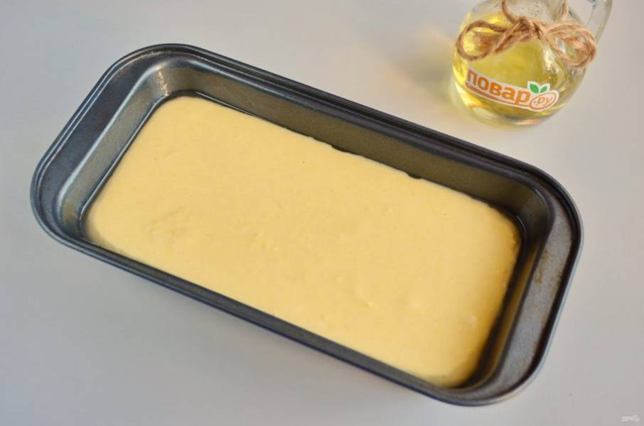 6. Смажьте хорошо маслом форму, вылейте тесто и поставьте в горячую духовку на 20 минут, затем убавьте температуру до 200 и пеките еще 10-15 минут.