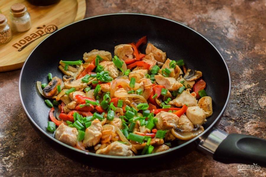 Готовое блюдо по желанию посыпьте зеленым луком.