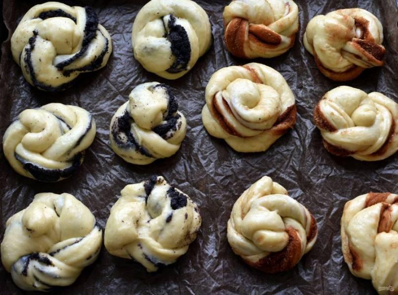 Уложите булочки на пергаментом устеленный противень и оставьте на расстойку. Смажьте взбитым с молоком яйцом и выпекайте сначала с паром при 100 градусах, чтобы булочки немного подошли. Затем увеличьте температуру до 200 градусов и выпекайте булочки до полной готовности.