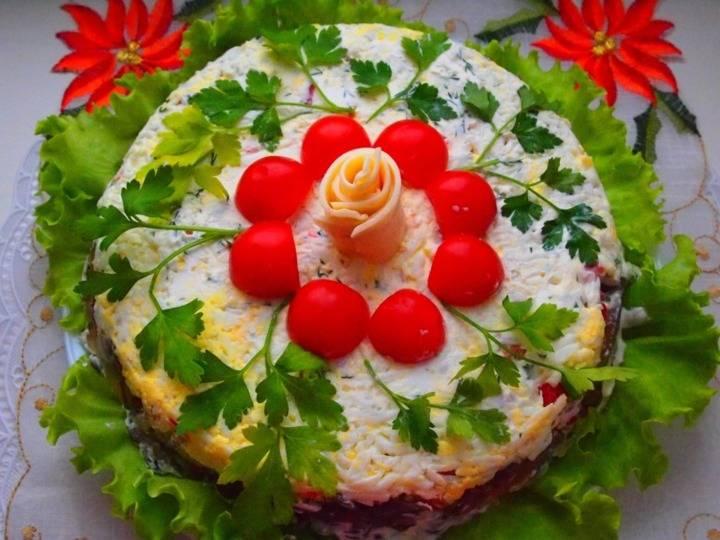 7. Когда слоеный салат с грибами в домашних условиях готов ему нужно дать 30-40 минут настояться, а затем подавать к столу. При желании можно перевернуть салат на блюдо и украсить по вкусу.