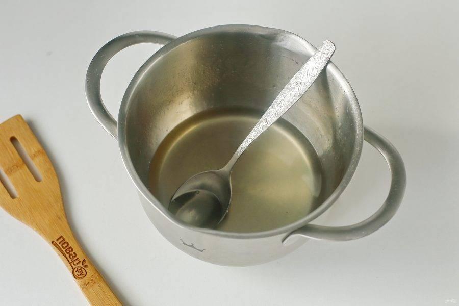 А пока пирог выпекается приготовьте сироп. Соедините воду, сахар и сок лимона. Перемешайте и на умеренном огне доведите до кипения. Дайте покипеть сиропу 2-3 минуты и снимите с огня.