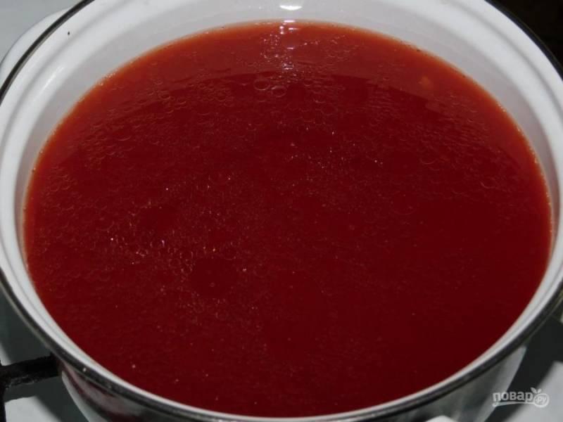 В другой кастрюле смешайте 1,5 л воды, соль, сахар и томатную пасту. Доведите до кипения.