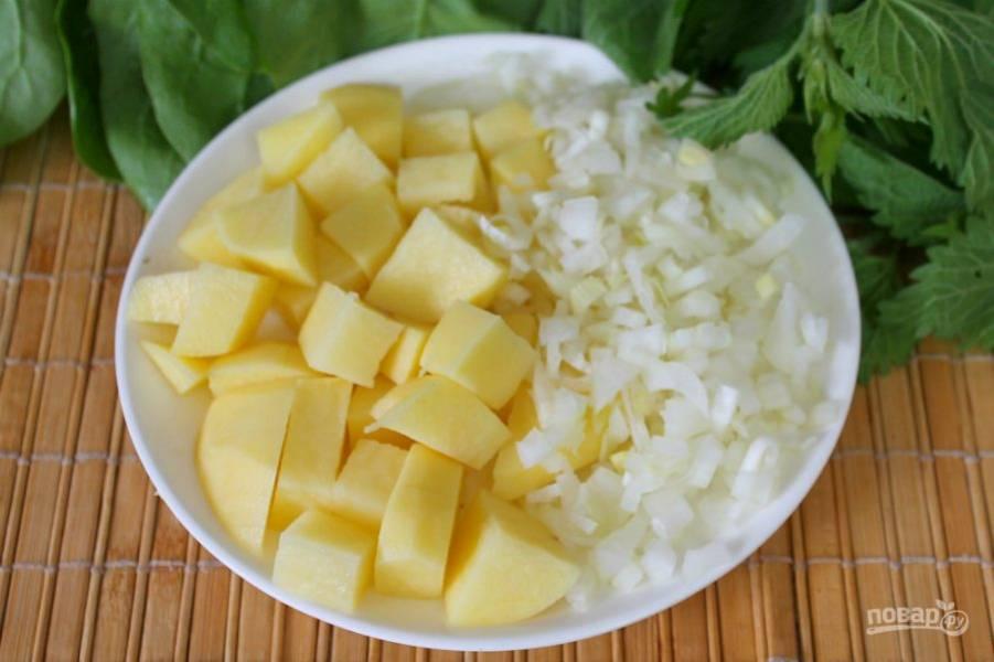 Добавляем картофель и мелко порезанный лук. Насыпаем соль, варим 20-25 минут.