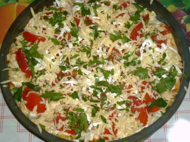 4.Выкладываю грибы с луком, помидоры, поливаю майонезом и посыпаю тертым твердым сыром. Мою и нарезаю мелко зелень, посыпаю ею поверх сыра.
