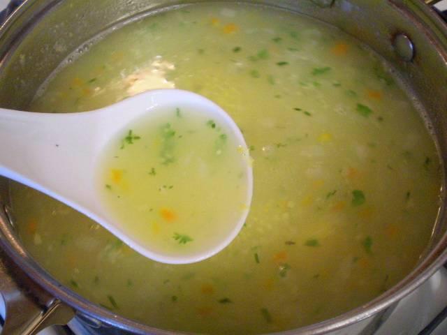Готовый суп заправляем зеленью, можно добавить кусочек сливочного масла. Готово!