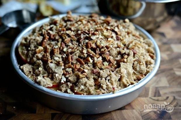 8. Сверху выложите кусочки несолёных орехов.