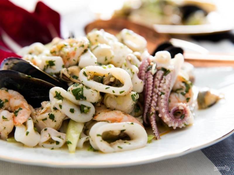 При подаче сверху выложите отварные мидии в раковинах. Угощайтесь морским салатом!