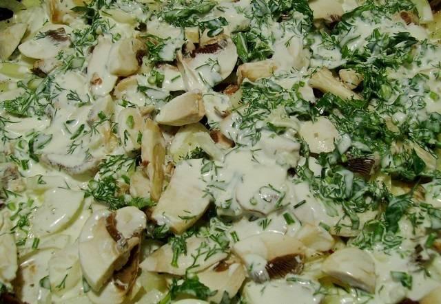 7. В рецепт приготовления отбивных с грибами и сыром можно использовать как свежие, так и предварительно обжаренные грибочки. Их нужно выложить сверху и слегка приправить специями. Залить все нежирной сметаной или майонезом. При желании можно присыпать также свежей зеленью.